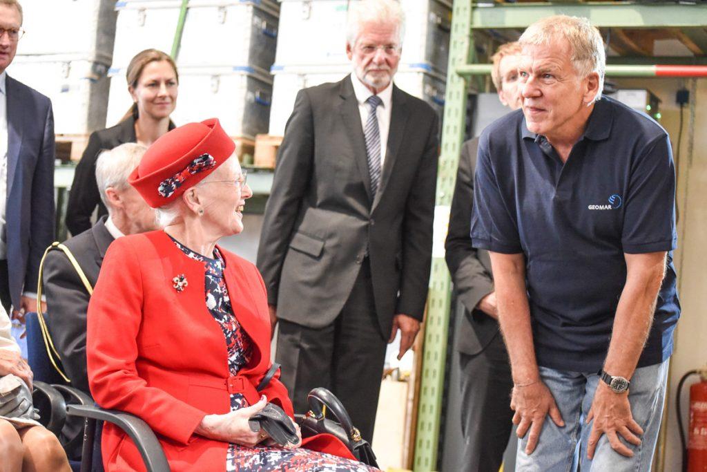 JAGO-Pilot Jürgen Schauer beantwortet alle Fragen der dänischen Königin. Foto: Thomas Eisenkrätzer