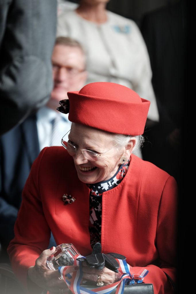 Margrethe II. freut sich über ihr Geschenk. Foto: Niklas Linke/GEOMAR
