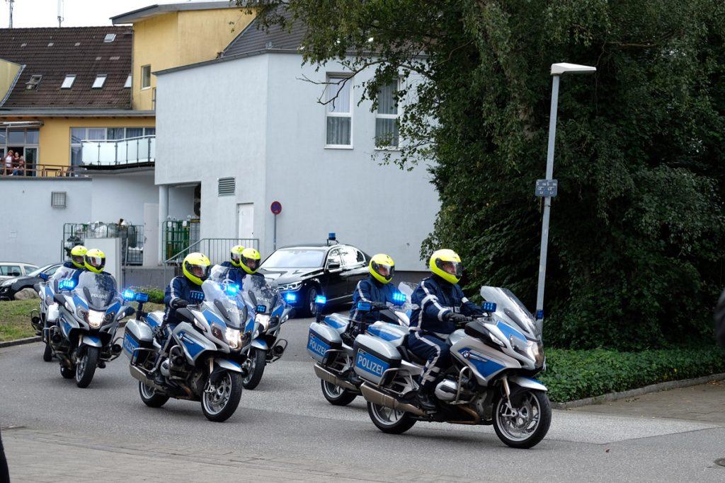 Die Polizeikolonne bei ihrer Ankunft. Fotos: Nikolas Linke/GEOMAR