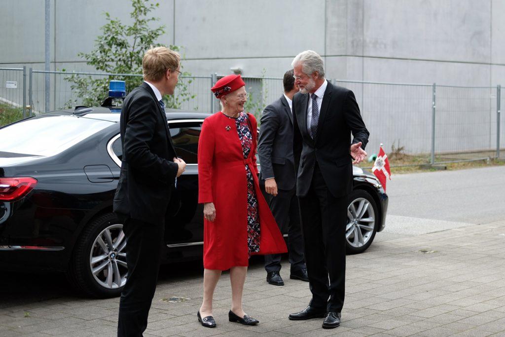 Prof. Dr. Herzig begrüßt Margrethe II. und den schleswig-holsteinischen Ministerpräsidenten Daniel Günther. Foto: Nikolas Linke/GEOMAR
