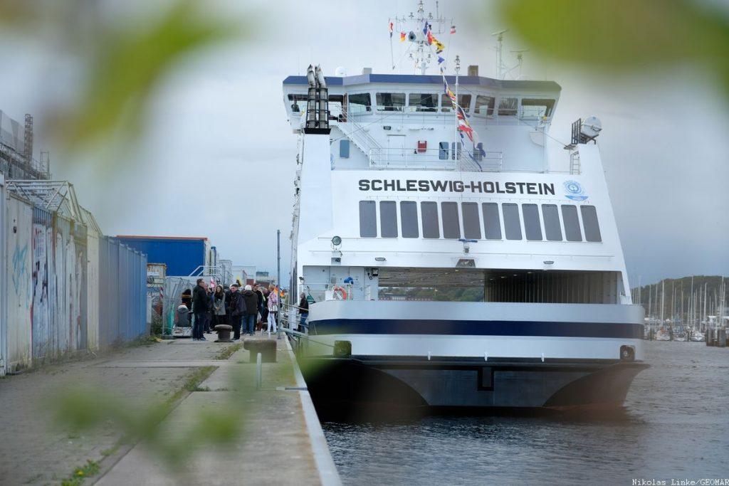 Die Bürgerdelegation verlässt die SCHLESWIG-HOLSTEIN. Foto: Nikolas Linke/GEOMAR