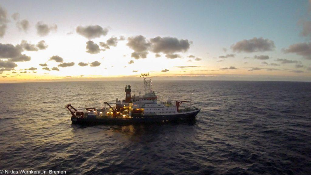 Das Forschungsschiff METEOR im zentralen Nordatlantik / The research vessel METEOR in the central North Atlantic. Photo: Niklas Warnken/Uni Bremen