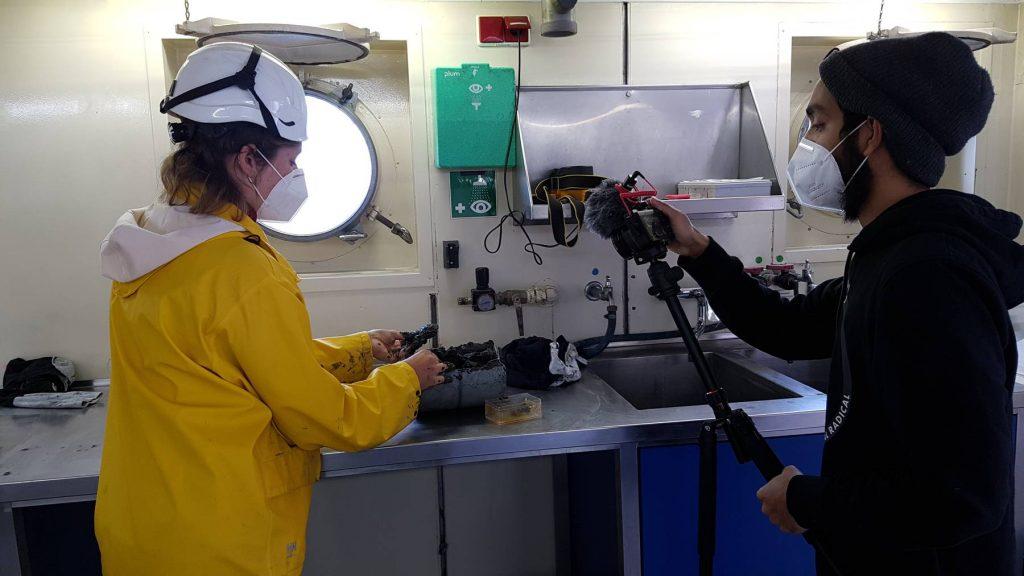 Die mit einem Kastengreifer gewonnen Probe wird im Labor der ALKOR von Forschenden der CAU untersucht und die einzelnen Arbeitsschritte gefilmt. Bild / Copyright: Christian Winter, Uni Kiel