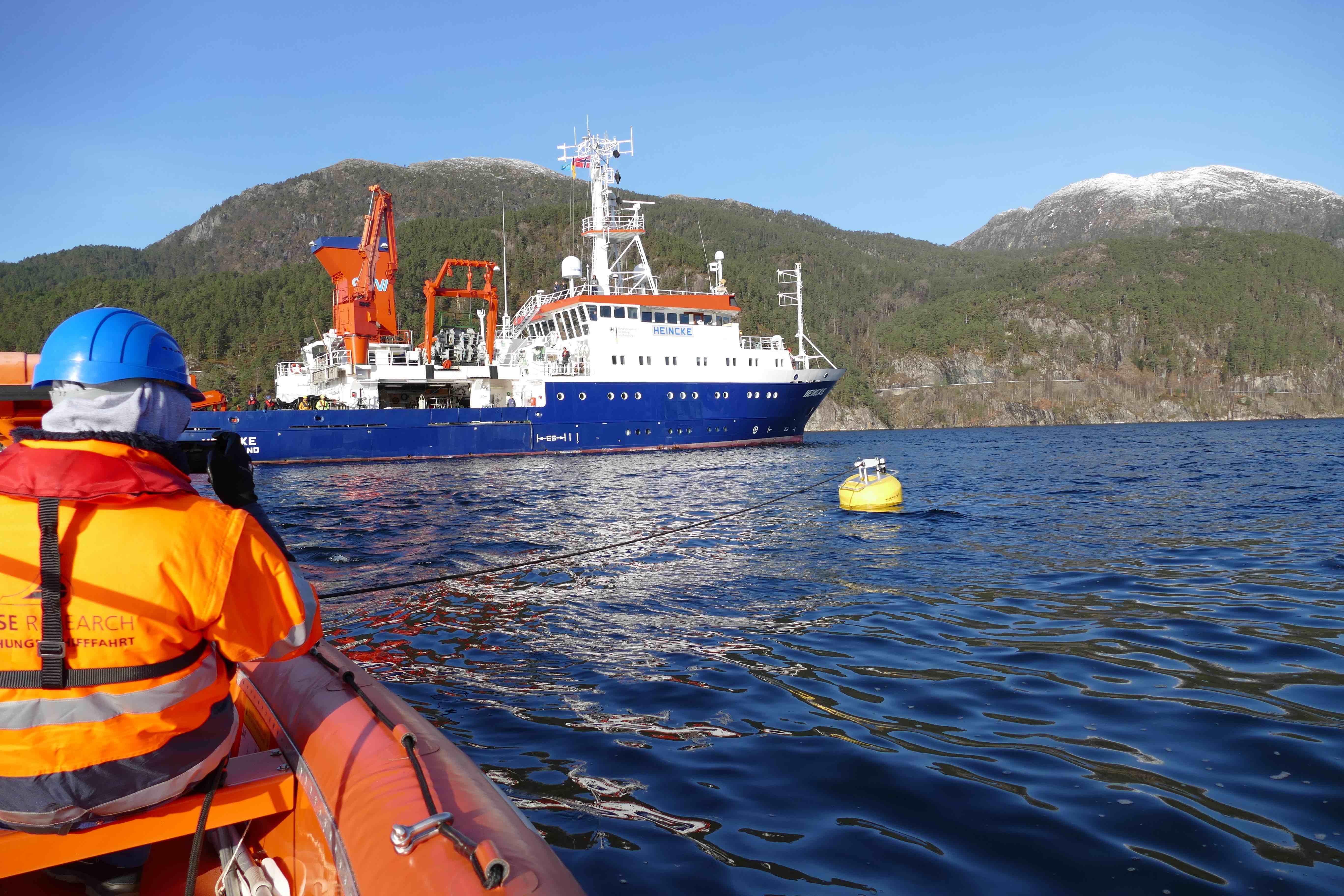 Die Heincke im Masfjord beim Bergen einer Verankerung des WireWalker mit einer profilierenden CPICS-Kamera des HZG. Foto: Saskia Rühl