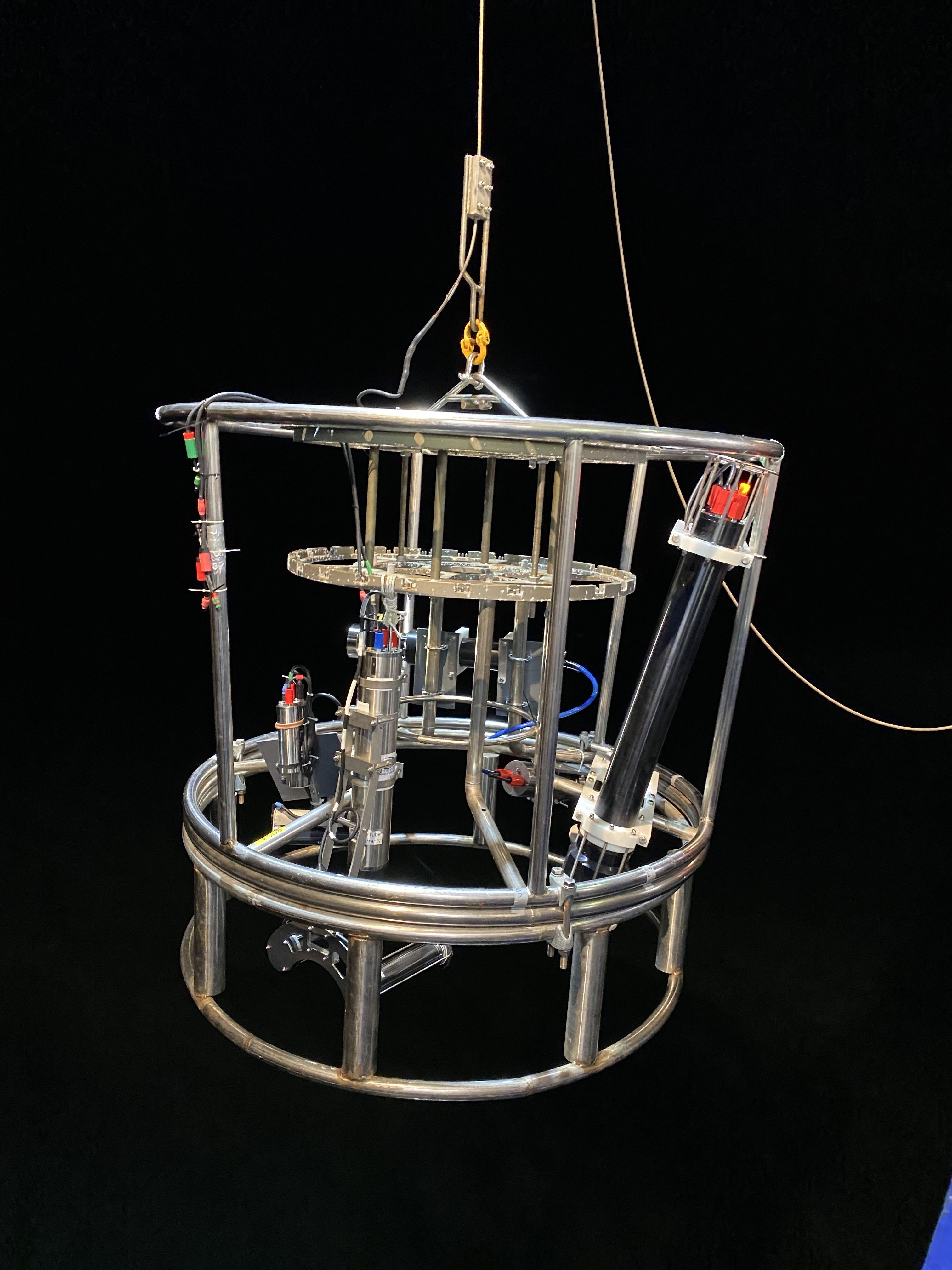 """Eine große CTD-Rosette wurde zur """"Bio-Optical Platform"""" ausgerüstet und dient als gemeinsamer Träger für alle Kamerasysteme. Foto: Laetitia Drago"""
