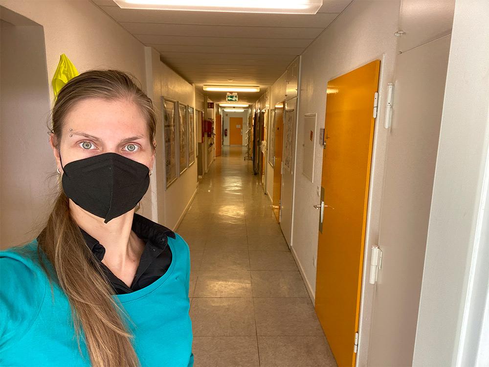 Frau im leeren Gang vom GEOMAR mit geschlossenen Bürotüren