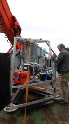 Work on the MPI lander for benthic flux measurements. Photo: Allison Schaap.