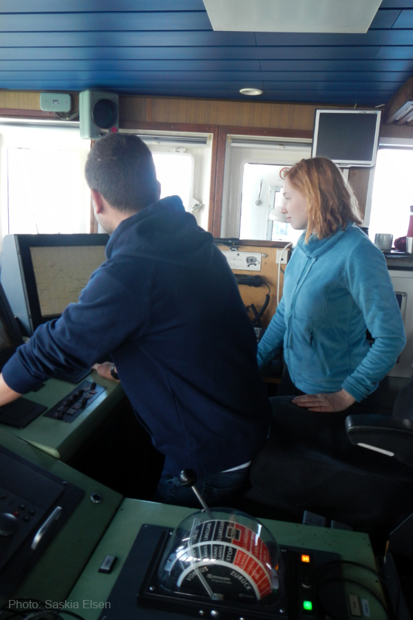 Wie wird die Poseidon gesteuert? Auf der Brücke lassen wir uns alles erklären. Foto: Saskia Elsen