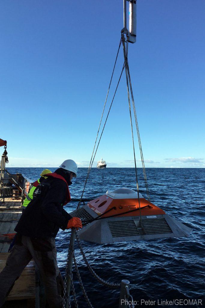 Der Lander wird ausgesetzt. Photo: Peter Linke/GEOMAR