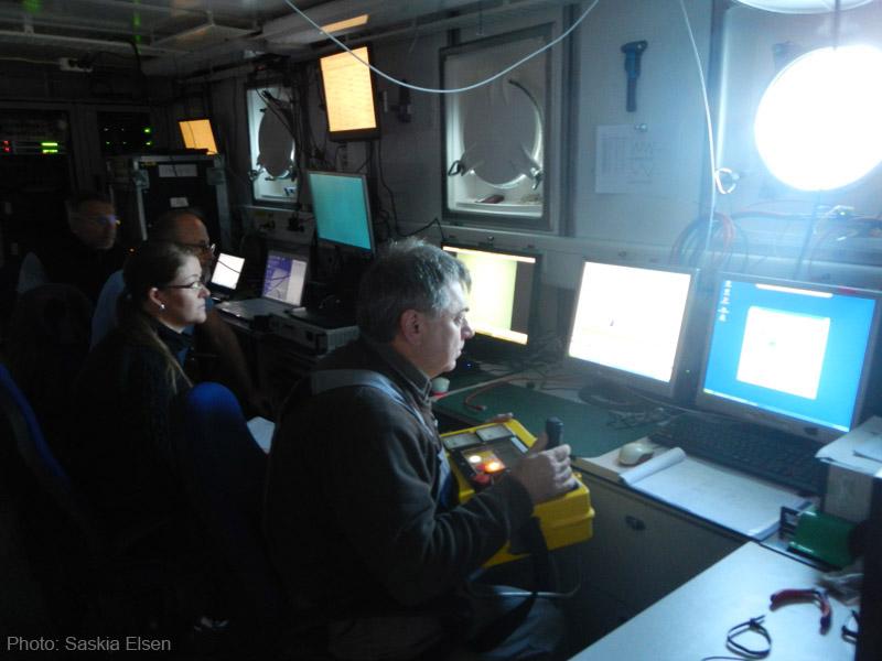 Die Kommandozentrale im Trockenlabor der FS Poseidon. Von hier aus wird der Tauchgang überwacht und gesteuert. Photo: Saskia Elsen