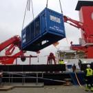 Die Winde des ROV KIEL 6000 wird in Kiel auf die SONNE verladen. Foto: J. Steffen, GEOMAR