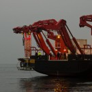 Der Tiefseeroboter ROV KIEL 6000 wird von der SONNE ins Wasser gelassen. Foto: J. Steffen, GEOMAR