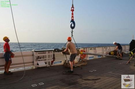 Das Schwerelot wird über die Bordwand gehievt / Gravity corer is lowered over the side of the ship. ©Thomas Walter