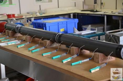Herausziehen des Porenwasser mittels Spritzen/ Extracting porewater with syringes. ©Thomas Walter