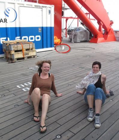 Gruppenbild mit Theresa (links), Mr. Karian Marta Bert Igor (im Hintergrund) and Ann-Christine (rechts) / Group picture with Theresa (left), Mr. Karian Marta Bert Igor (background) and Ann-Christine (right). ©Ann-Christine Zinkann