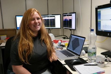 Izzy arbeitet an AUV-Seitensichtsonardaten. / Izzy is working on sidescan sonar data. ©Nico Augustin