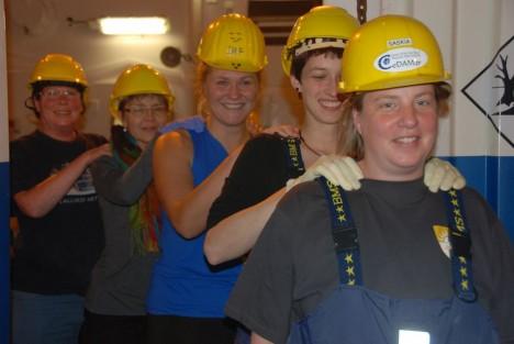 Group shoulders massage before the EBS samples sieving / Vor dem Sieben der EBS Proben: Gruppenmassage. ©Inma Frutos