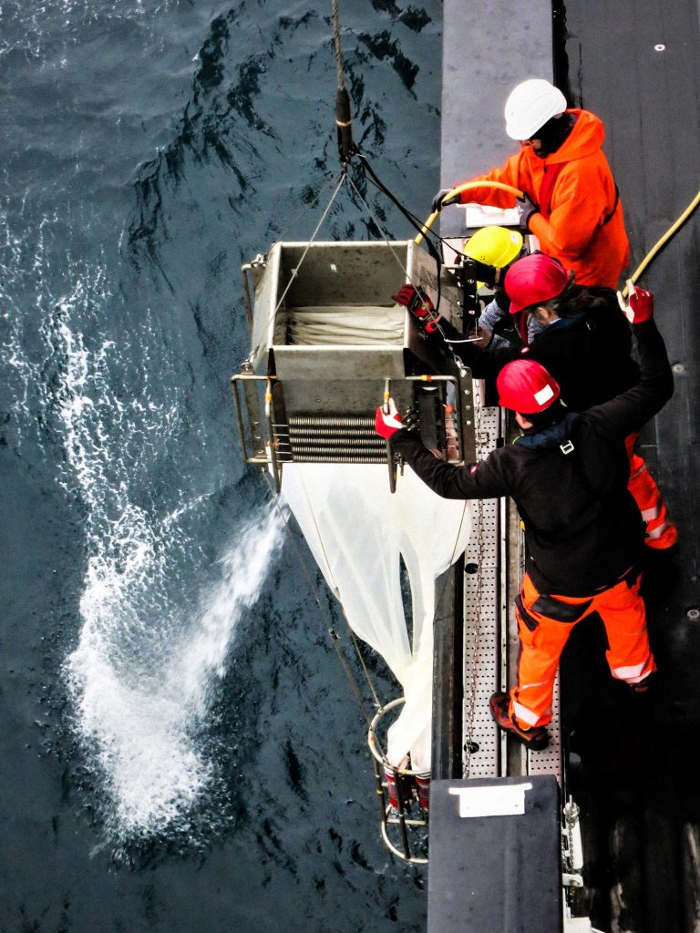Crew and scientists heave the Multinet out of the water. Photo: Jessica Volz, Editing: Steffen Niemann