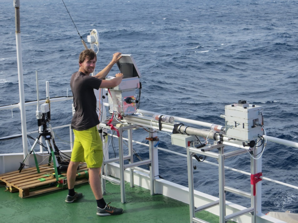 Henning Finkenzeller checking his Cavity Enhanced DOAS instrument. Photo: Kirstin Krüger